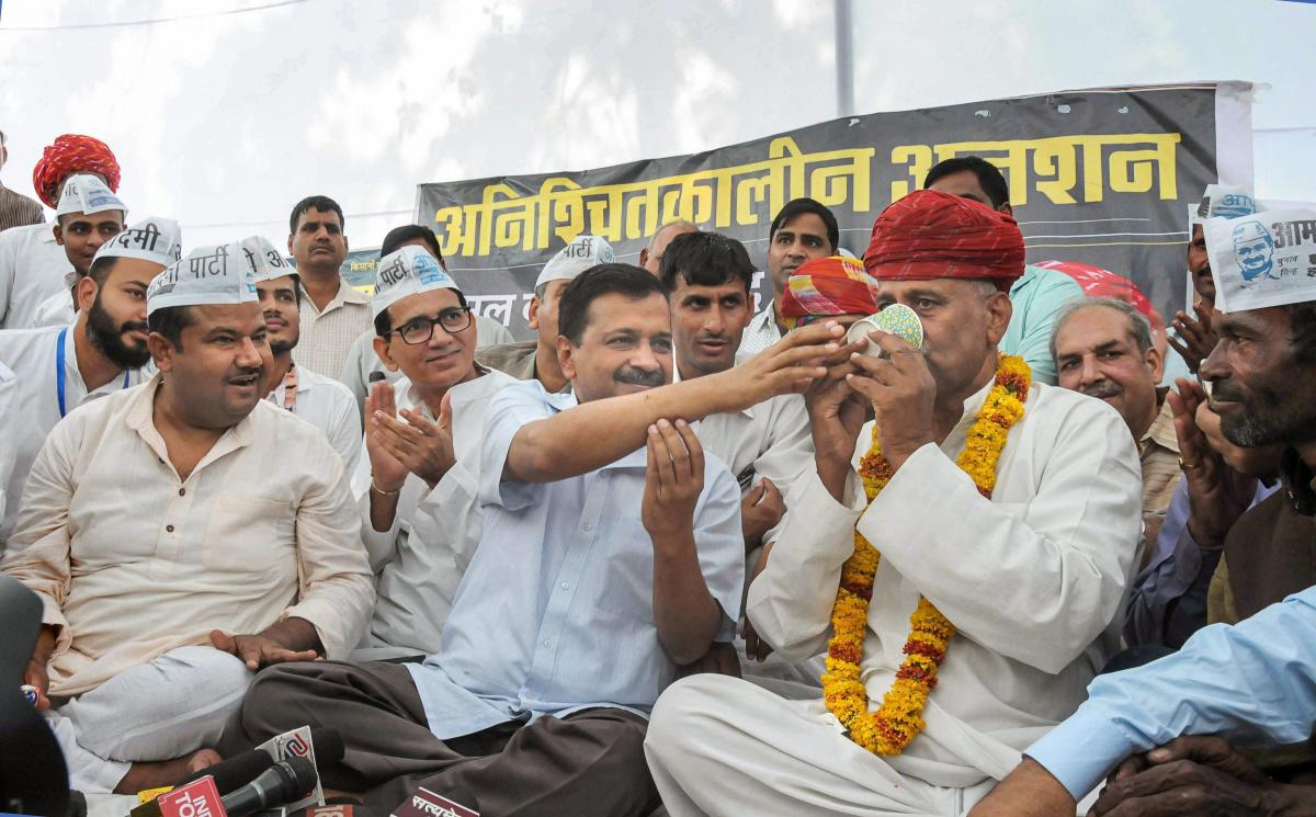 elhi Chief Minister Arvind Kejriwal gives juice to Rajasthan Farmer Leader Rampal Jat to break his hunger strike over farmer's issues, in Jaipur, Sunday, Oct 28, 2018. (PTI Photo)