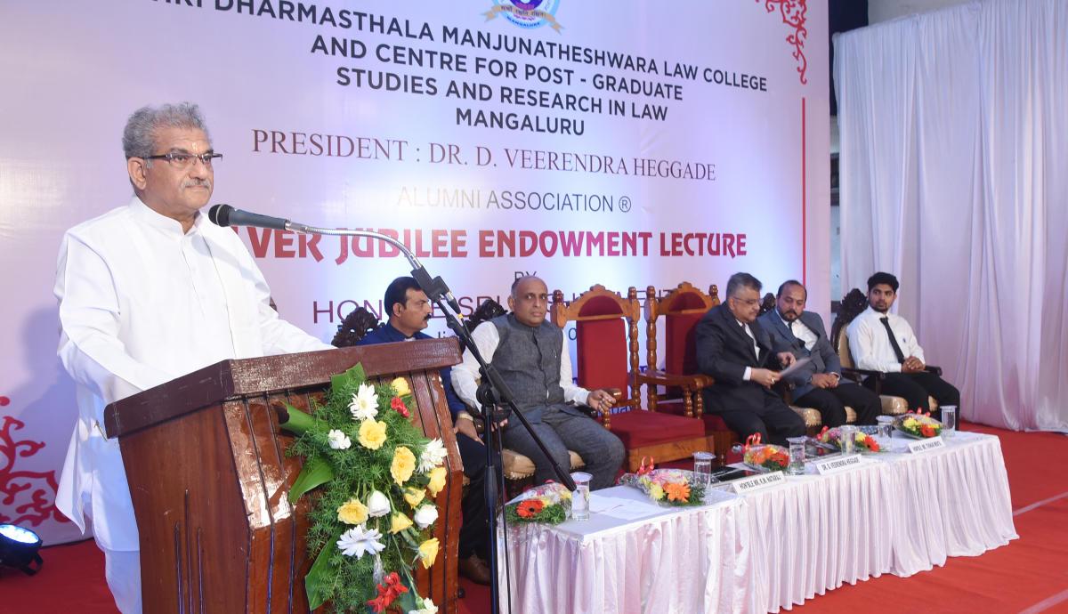 Shri Kshethra Dharmasthala Dharmadhikari Dr DVeerendra Heggade addresses the gathering at the silver endowment talk organised at SDMLaw College in Mangaluru on Saturday.