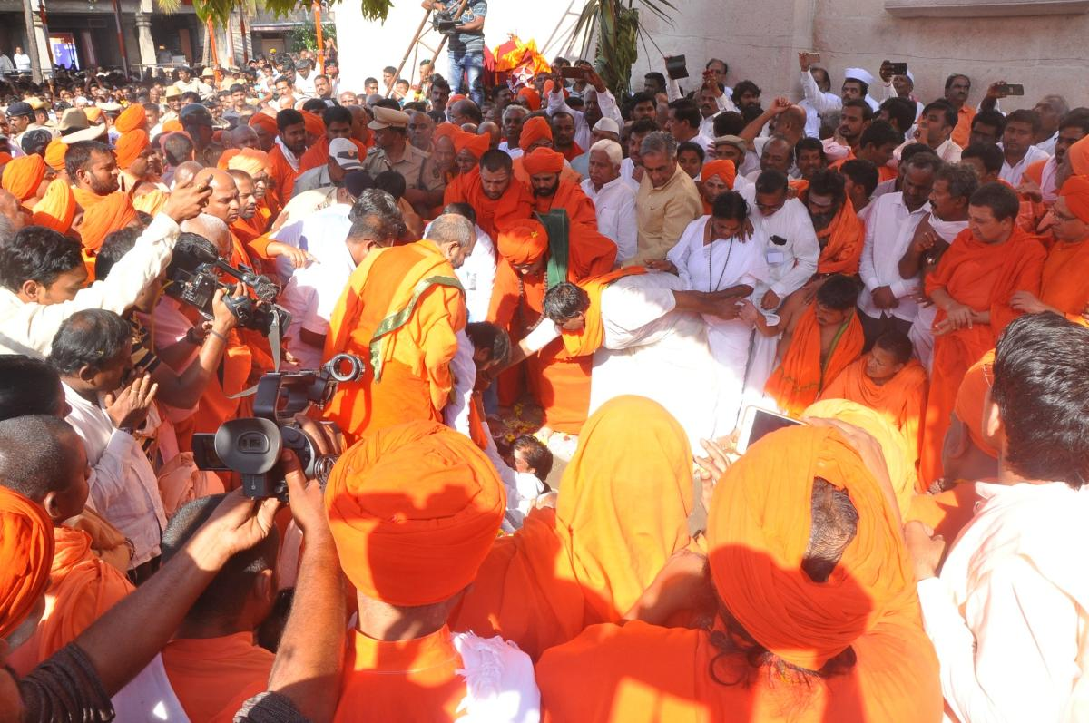Seers and the pontiffs of Veerashaiva mutts perform the last rites of Tontada Siddalinga Swami on the mutt premises in Gadag on Sunday. DH PHOTO