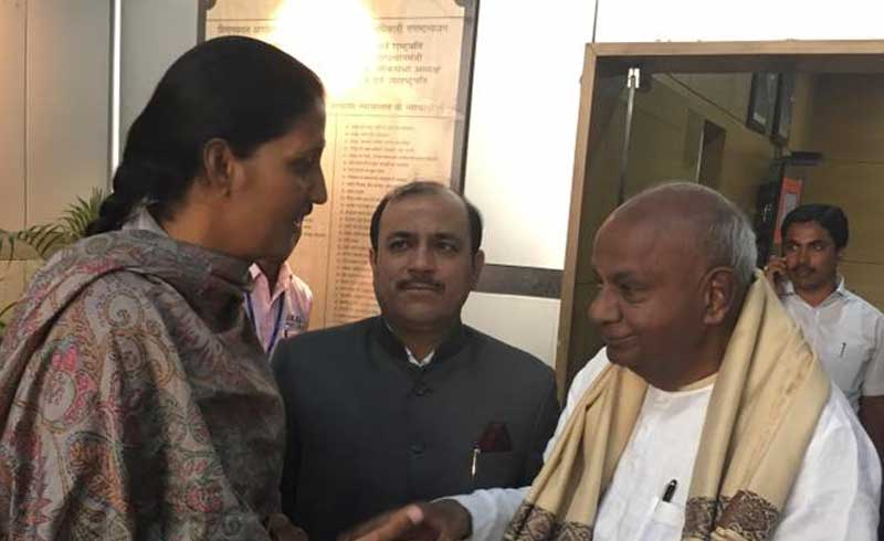 Former prime minister H D Deve Gowda greets Krishna Punia after her victory in the Rajasthan Assembly elections. (Source: Facebook/KrishnaPoonia)
