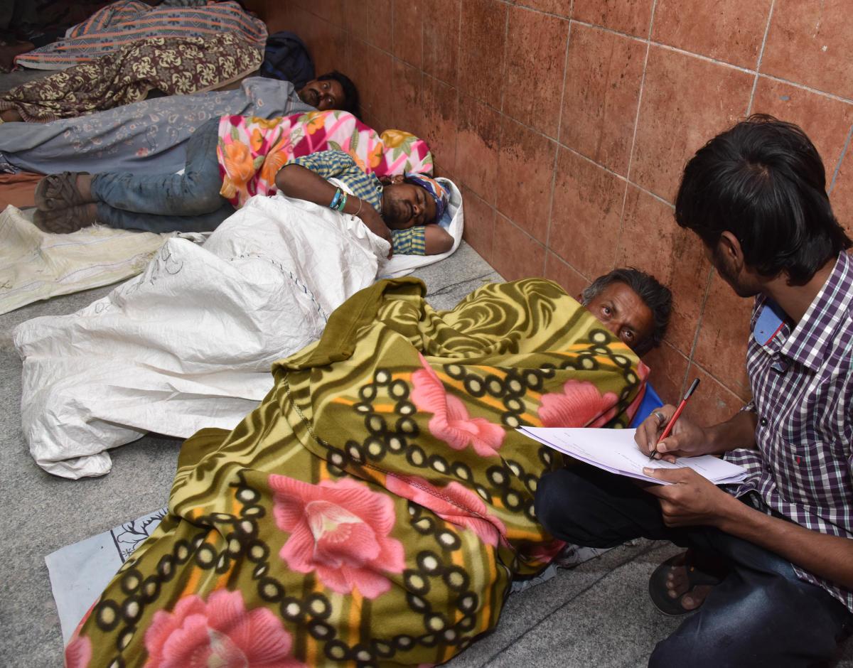 Survey of homeless people, at Kalasipalya in Bengaluru on Wednesday. DH Photo/ B H Shivakumar