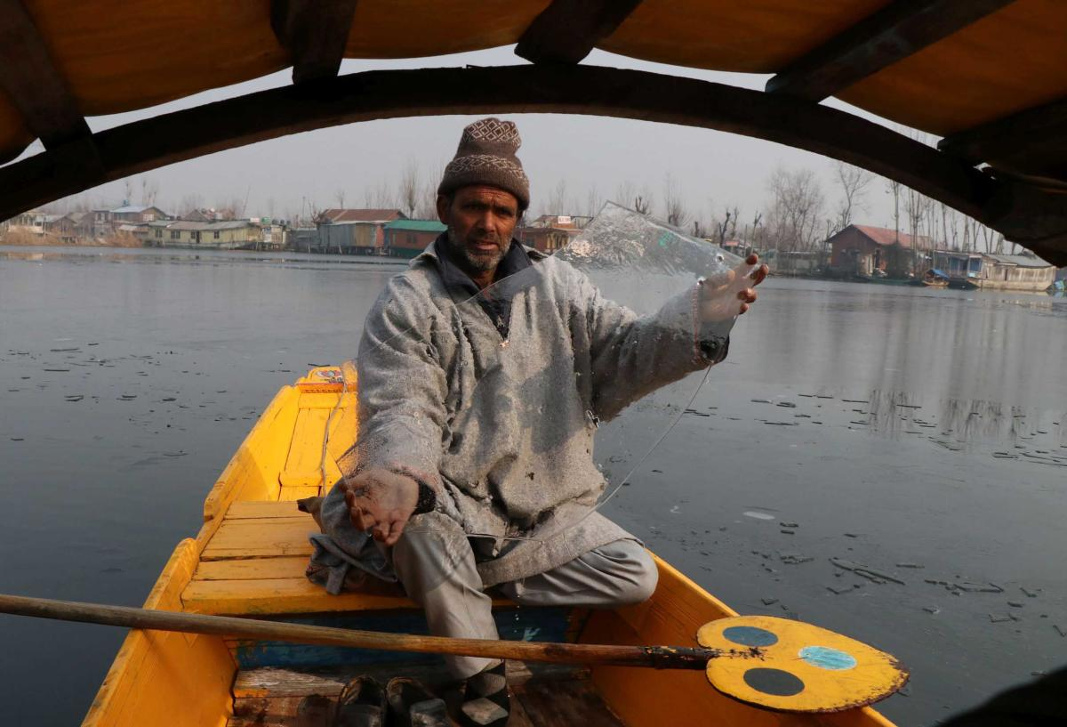 The minimum temperature in Srinagar dropped over one degree to settle at a low of minus 6.7 degree Celsius as compared to minus 5.5 degrees the previous night. (DH Photo)