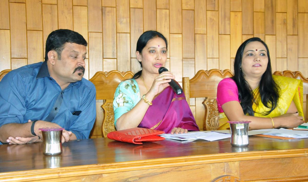 Chikkamagaluru CMC President Shilpa Rajashekar speaks at the CMC meeting in Chikkamagaluru on Wednesday.