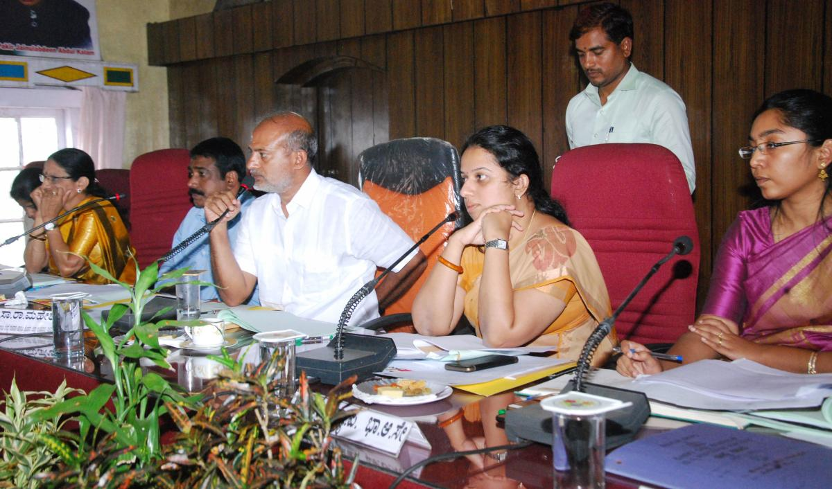District In-charge Minister Sa Ra Mahesh chairs the KDP meet at Old Fort Hall in Madikeri on Thursday.