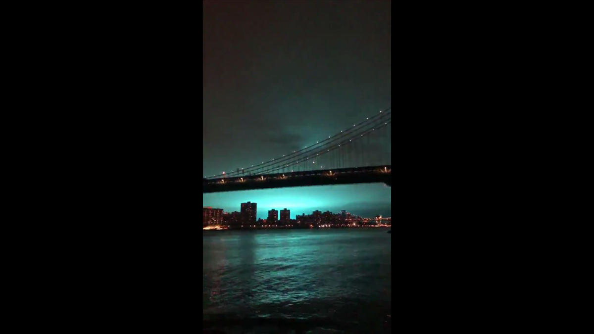This video grab taken from footage obtained courtesy of Alexander C. Kane taken on December 27, 2018, shows a blue light caused by a transformer explosion at a power plant in Queens on December 27, 2018. (Photo by Alexander C. KANE / Twitter accout of Ale