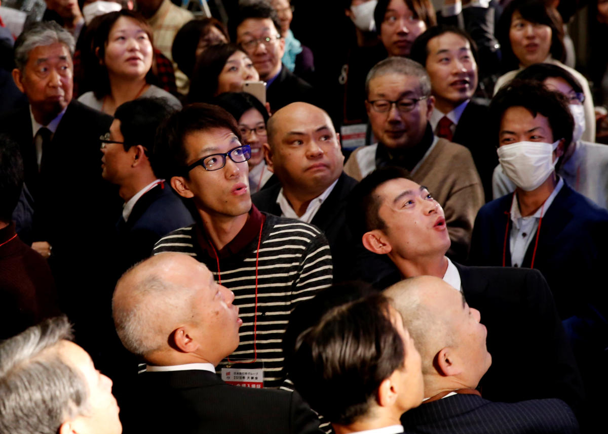 Attendees react as they look at the closing price of Nikkei index on a stock quotation board during a ceremony marking the end of trading in 2018 at the Tokyo Stock Exchange (TSE) in Tokyo, Japan December 28, 2018. (REUTERS)