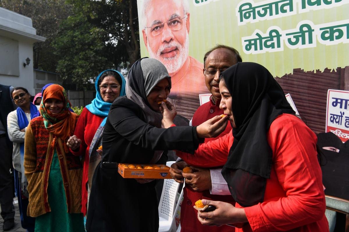 """Muslim women celebrate the passing of a bill against the Islamic practice of """"instant divorce"""" in New Delhi on December 28, 2018. - India's lower house of parliament passed a proposed law on December 27 to outlaw and criminalise the practise of """"triple ta"""
