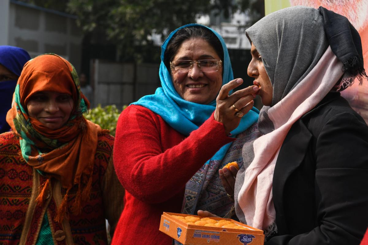 "Indian Muslim women celebrate the passing of a bill against the Islamic practice of ""instant divorce"" in New Delhi on December 28, 2018. - India's lower house of parliament passed a proposed law on December 27 to outlaw and criminalise the practise of ""tr"