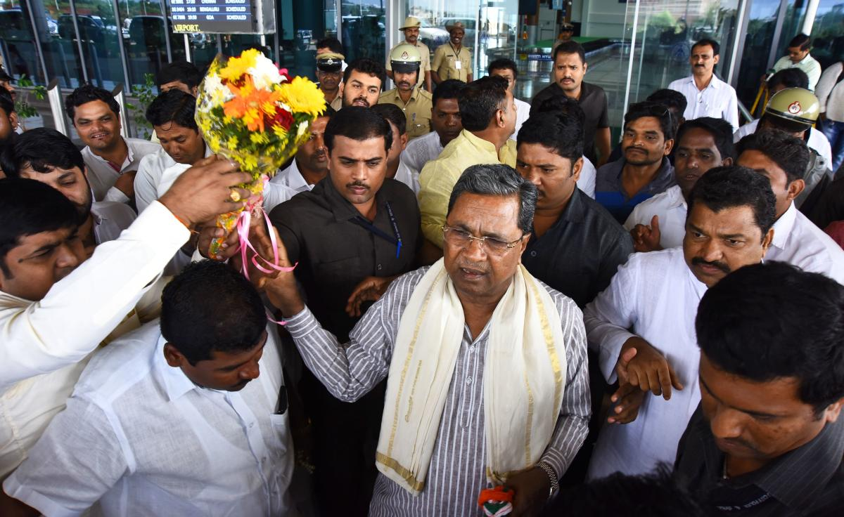 Former chief minister Siddaramaiah being welcomed at Hubballi Airport on Thursday.