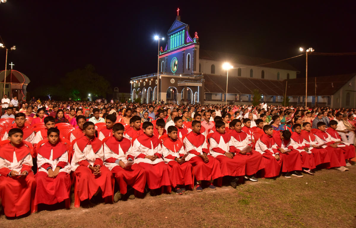 Parishioners of Holy Cross Church at Kulshekar in Mangaluru offer a thanks giving mass on the eve of New Year on Monday night. DH Photo/ Govindraj Javali