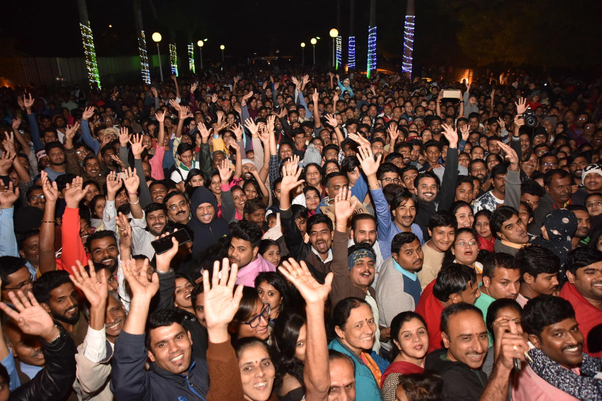 Thousands of people, including tourists, gathered at the Palace to celebrate the arrival of the New Year. (DH Photo)