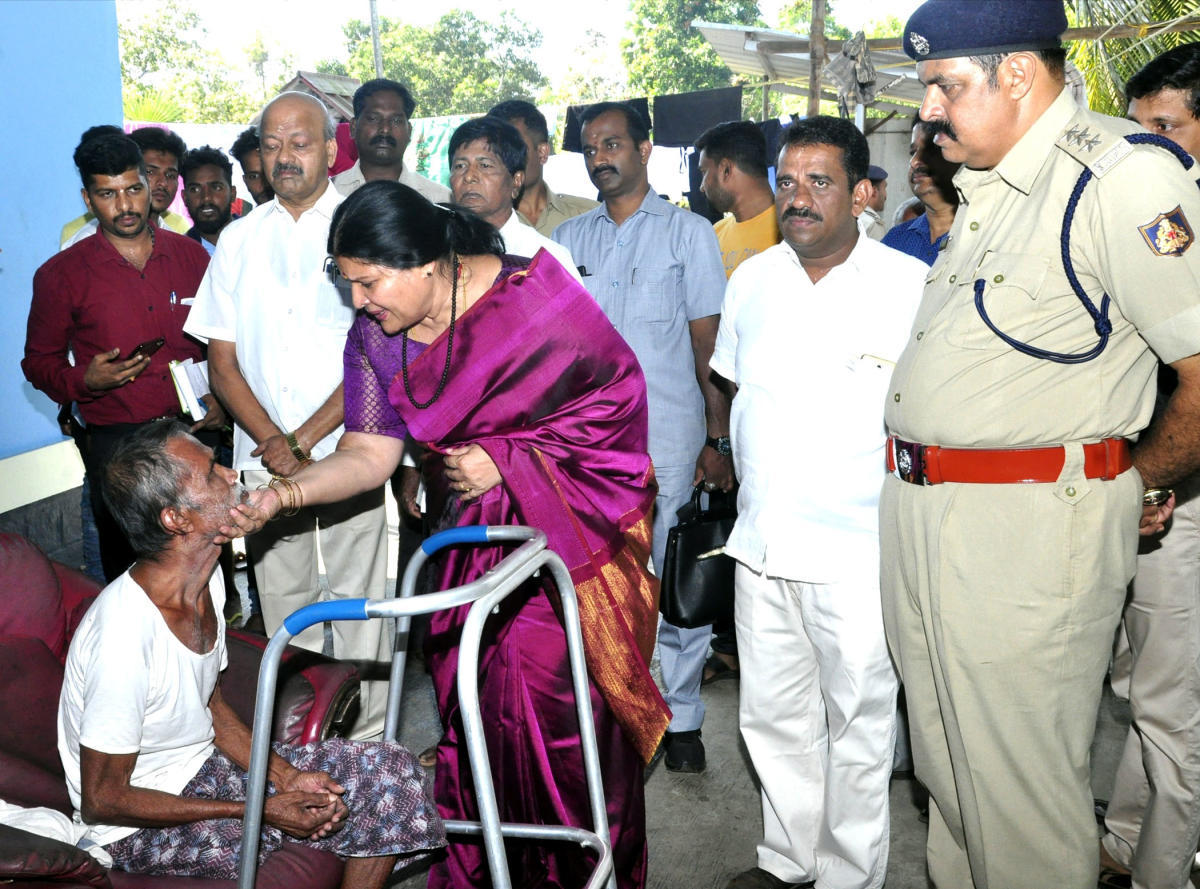 District In-charge Minister Jayamala consoles the family member of a missing fisherman at Malpe in Udupi on Saturday.
