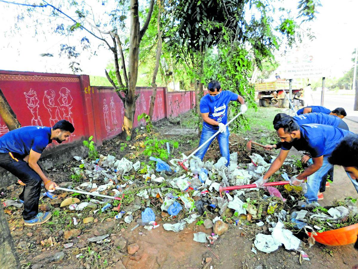 Volunteers clear garbage at Padua area in Mangaluru on Sunday.