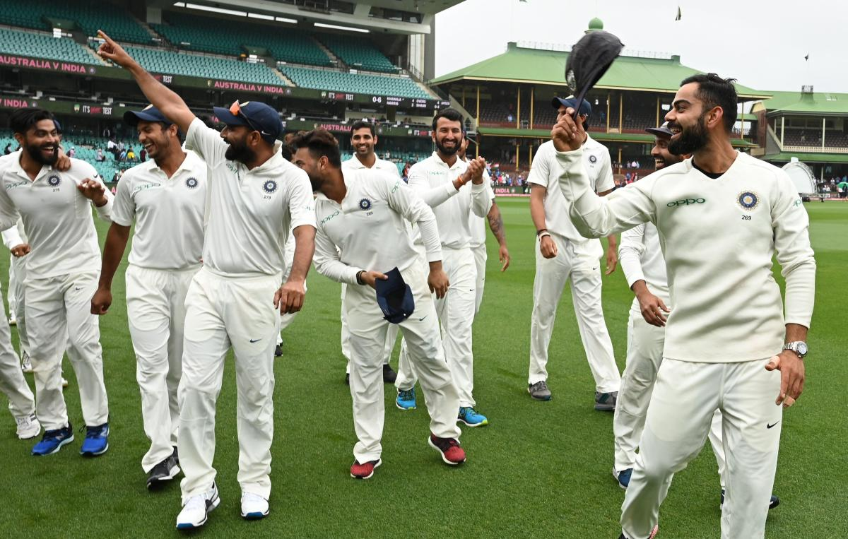 India's captain Virat Kohli (R) tips his hat to the crowd as the team celebrates their series win on the fifth day of the fourth and final cricket Test against Australia at the Sydney Cricket Ground in Sydney on January 7, 2019. (AFP photo)