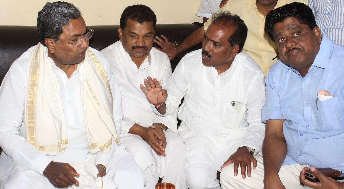 Former CM Siddaramaiah with Altaf Hallur, MLA Prasad Abbayya, and others, at the Hallur's residence in Old Hubballi on Monday.