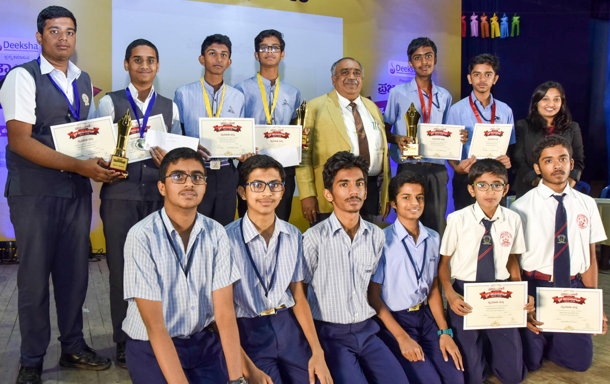 Champions: Participants of the zonal finals of Prajavani Quiz Championship, along with VC of University of Mysore G Hemantha Kumar, in Mysuru on Tuesday. dh photo