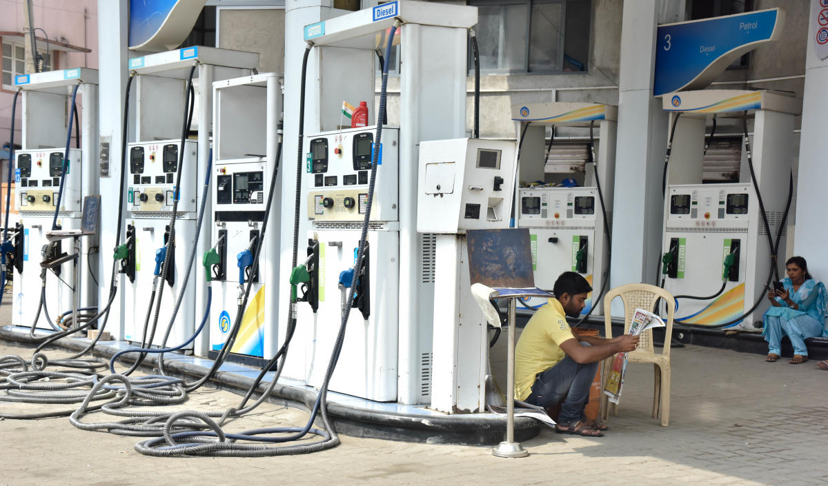 Petrol in Delhi now costs Rs 69.07 per litre - the highest this month - up from Rs 68.88 per litre rate of Thursday, according to price notification issued by state-owned oil firms. DH File photo