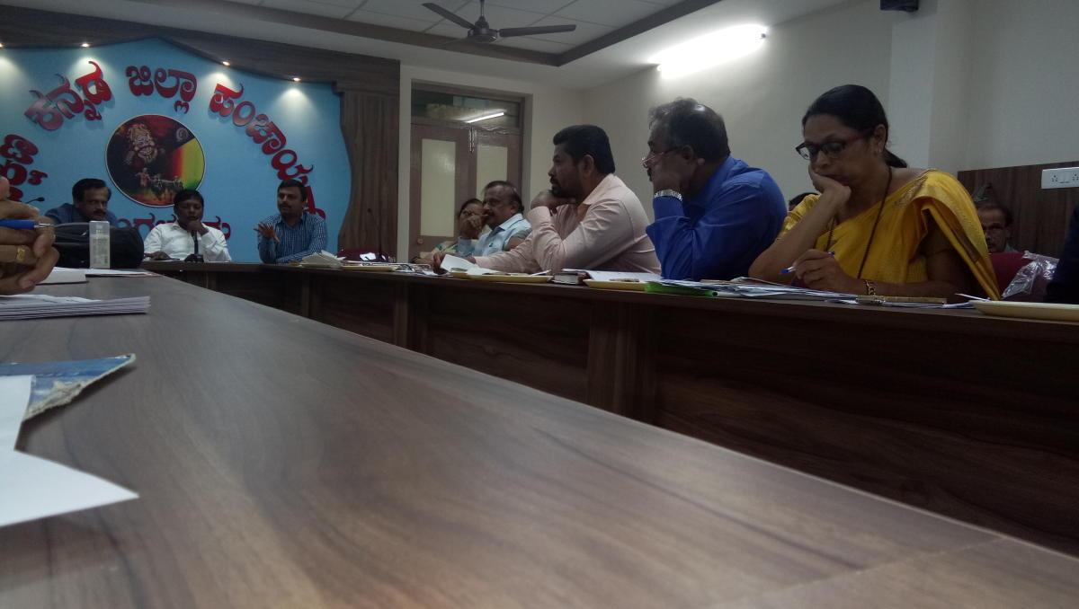 DC Sasikanth Senthil obtains information on KFD in Mangaluru on Friday. DH photo