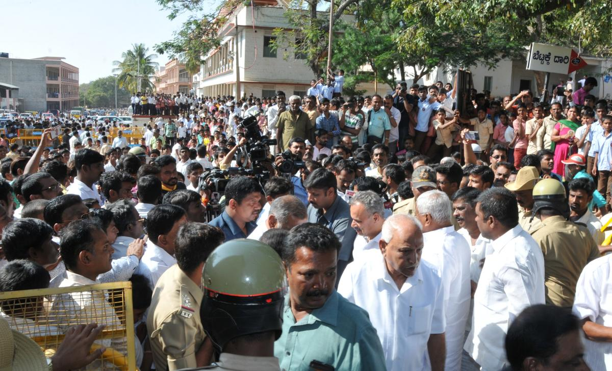 BJP state president B S Yeddyurappa arrives at Siddaganga Mutt to inquire about the health of the seer. DH Photo