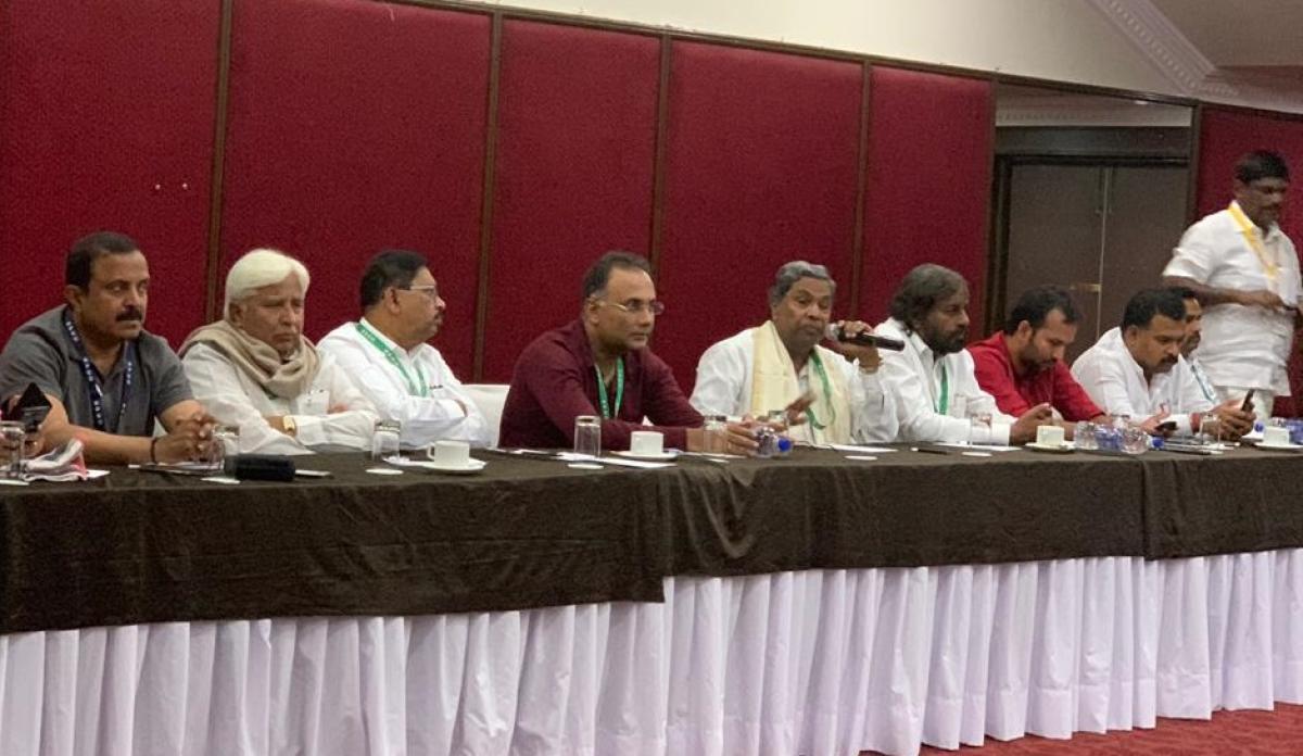 Coalition coordination committee chairman Siddaramaiah addresses Congress legislators at a resort at Bidadi in Ramanagara district on Saturday. DH photo