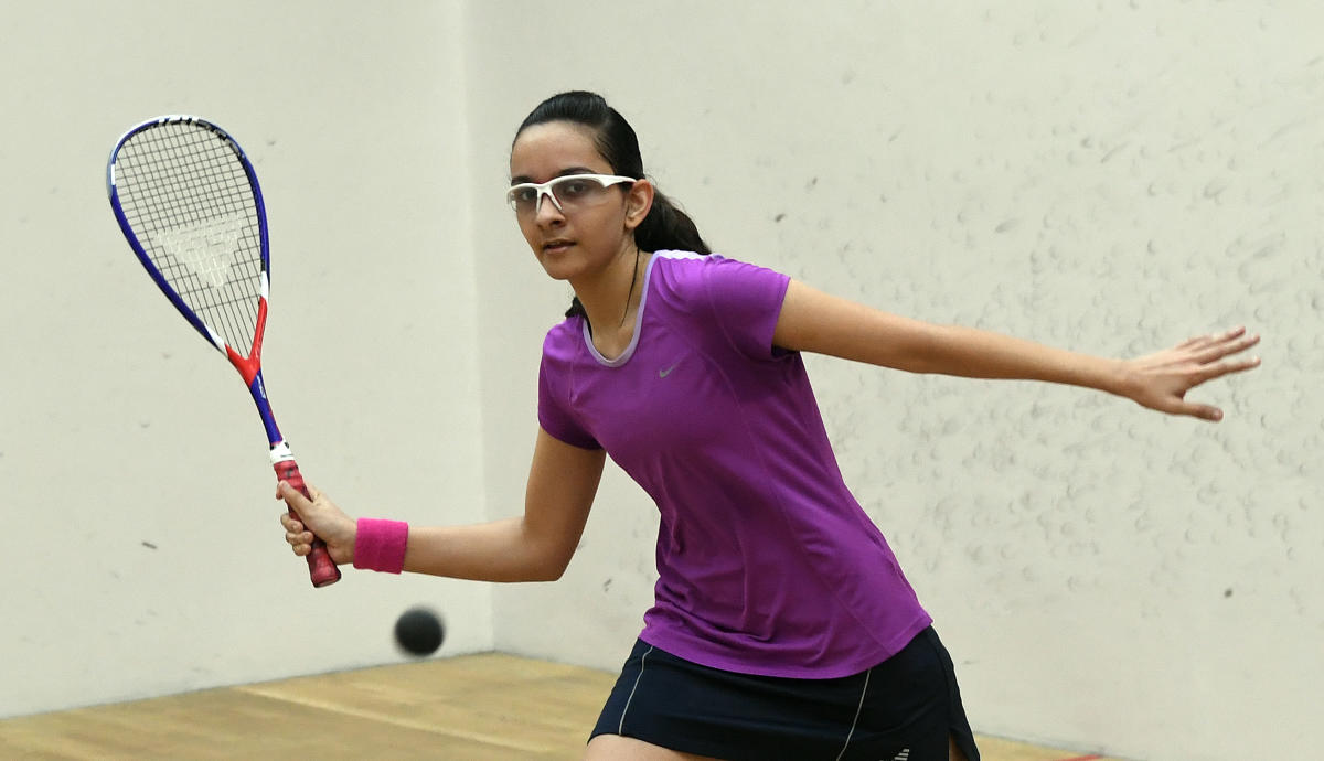 Maharashtra's Avani Nagar returns to her state-mate Aryaa Ogale during their U-17 semifinal match of the Century Bengaluru Open squash tournament in Bengaluru on Tuesday. DH Photo