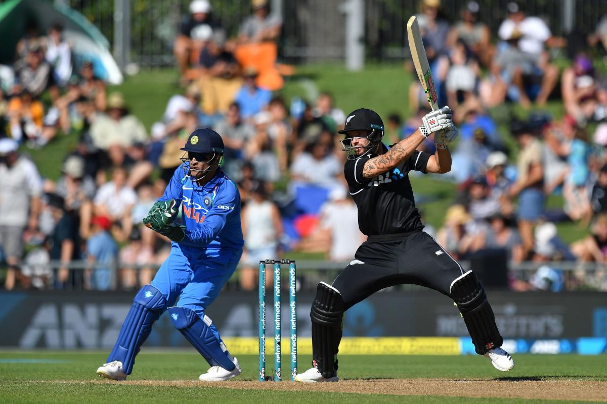 New Zealand's Doug Bracewell (R) plays a shot as India's wicketkeeper Mahendra Singh Dhoni (L) looks on, during the first one-day international (ODI) cricket match between New Zealand and India at McLean Park in Napier on January 23, 2019. (AFP photo)