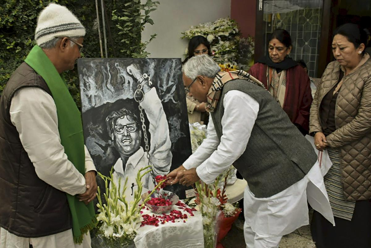Bihar Chief Minister Nitish Kumar pays tribute to former defence minister and veteran socialist George Fernandes in New Delhi. PTI photo