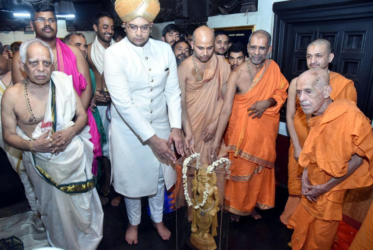 Ashta Mutt seers handed over a memento to Mysuru royal family scion Yaduveer Krishnadatta Chamaraja Wadiyar, during his visit to Udupi Krishna Mutt on Wednesday.