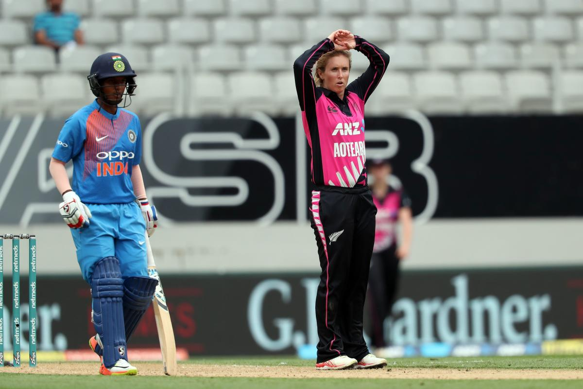 New Zealand's Anna Peterson (R) reacts during the second Twenty20 international women's cricket match between New Zealand and India in Wellington on February 8, 2019. (AFP photo)