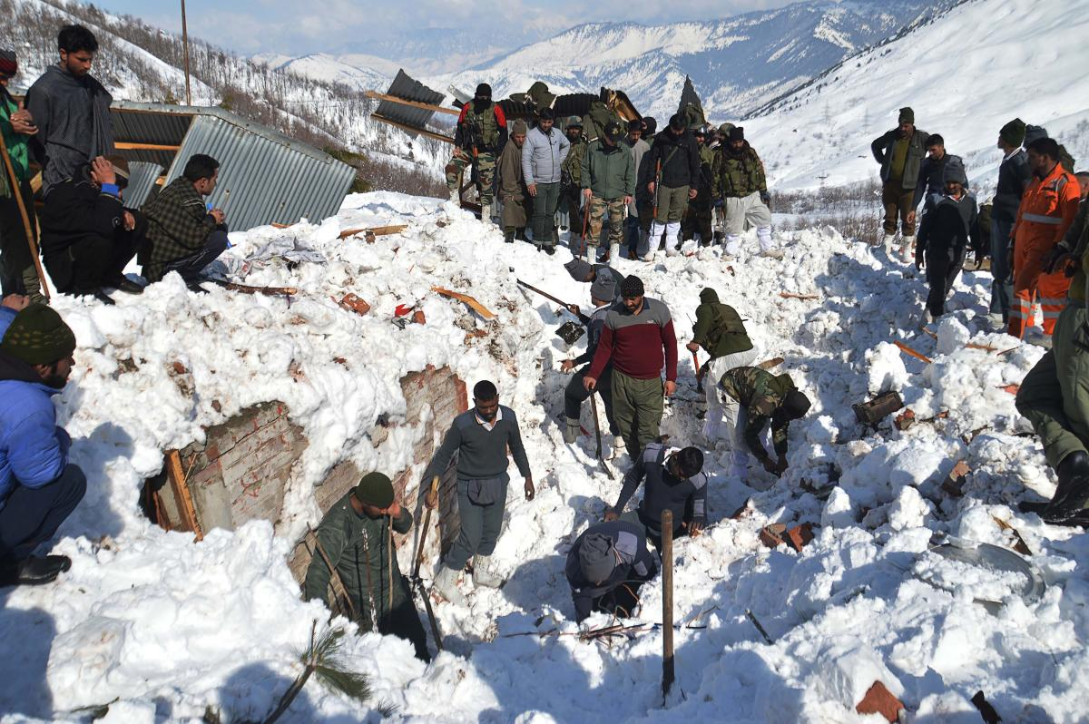 Local residents along with security personnel search the bodies of 10 missing policemen after a snow avalanche hit a police post at Qazigund Jawahar Tunnel in Kulgam district, some 90 km from Srinagar on February 8, 2019. (AFP Photo)