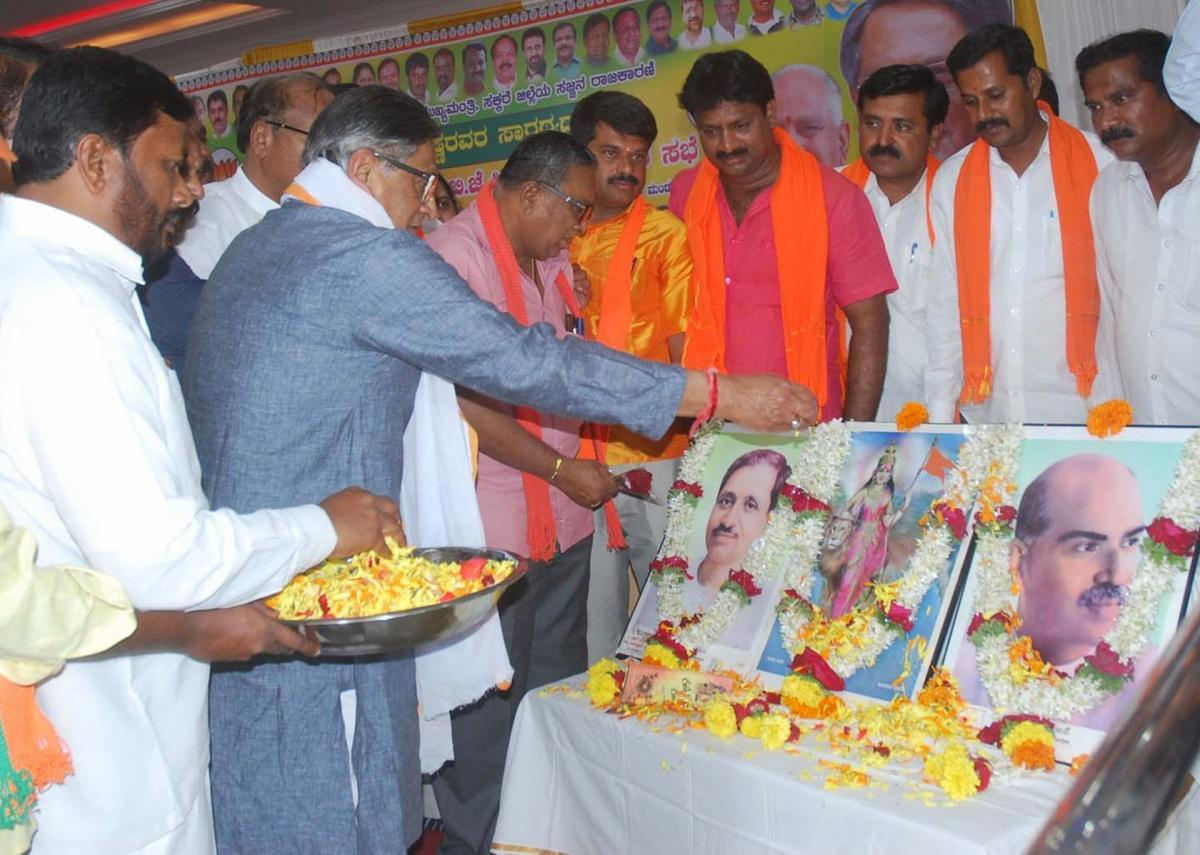 Former chief minister S M Krishna offers tributes to the founders of the BJP at a party workers meeting, in Mandya, on Saturday.