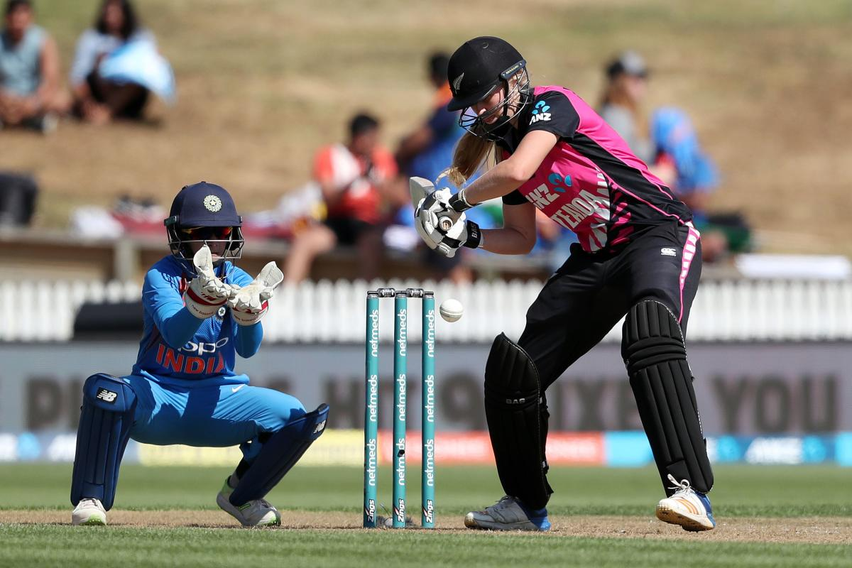New Zealand's Hannah Rowe (R) plays a shot as India's Taniya Bhatia (L) looks on, during the third Twenty20 international women's cricket match between New Zealand and India in Hamilton on February 10, 2019. (AFP photo)