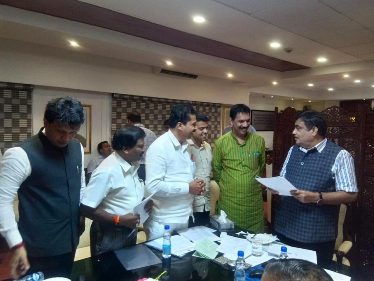 MP Nalin Kateel and DK MLAs meet Union Road Transport and Highways Minister Nitin Gadkari. (Photo by special arrangement)