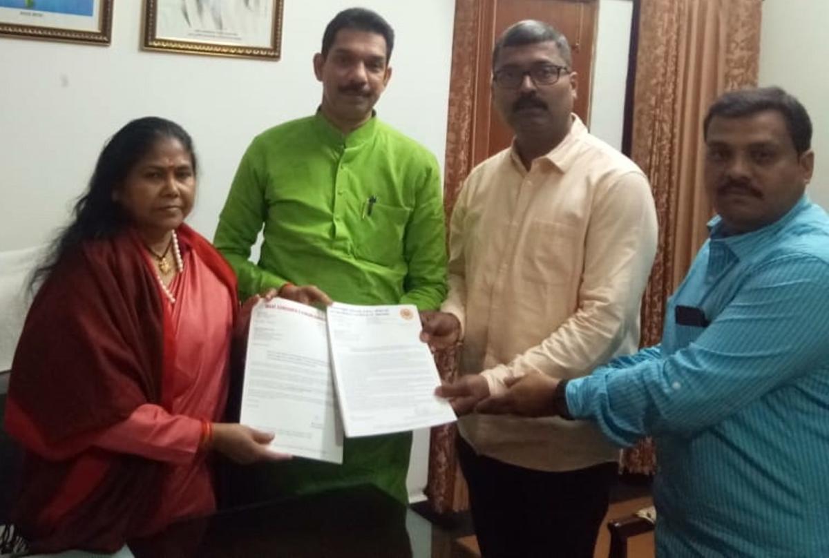 MP Nalin Kumar Kateel, along with a delegation of Gau Samrakshana Prakoshta, BJP Karnataka, submit a memorandum to Sadhvi Niranjan Jyothi, Union Minister of State for Food Processing Industry.
