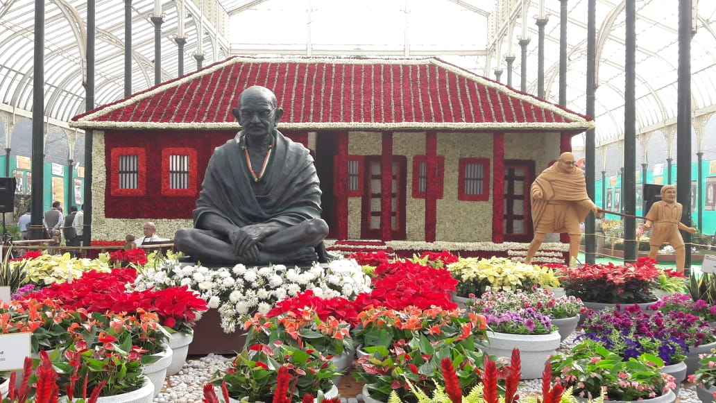 This time, the flower show is showcasing 12-foot-tall statue of Mahatma Gandhi and his three monkeys decorated in various flowers. (DH Photo)