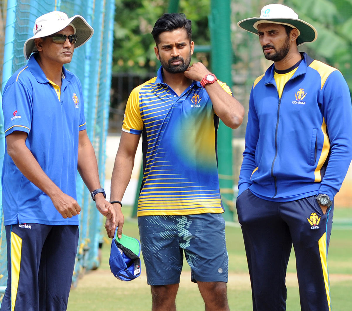 Karnataka cricket team captain R Vinay Kumar in chat with team goach Yeregud and bowling coach S Aravind during nets practice session at Chinnaswamy stadium in Bengaluru on Tuesday. Photo Srikanta Sharma R.
