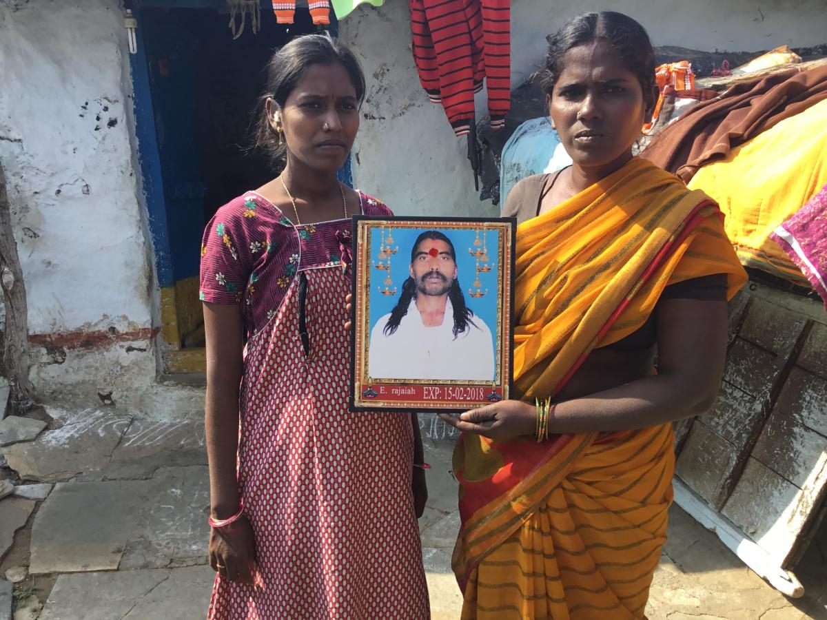 Lakshmi and her daughter Renuka with the portrait of Rajaiah who committed suicide in February this year. (DH PHOTO/ E T B Sivapriyan)