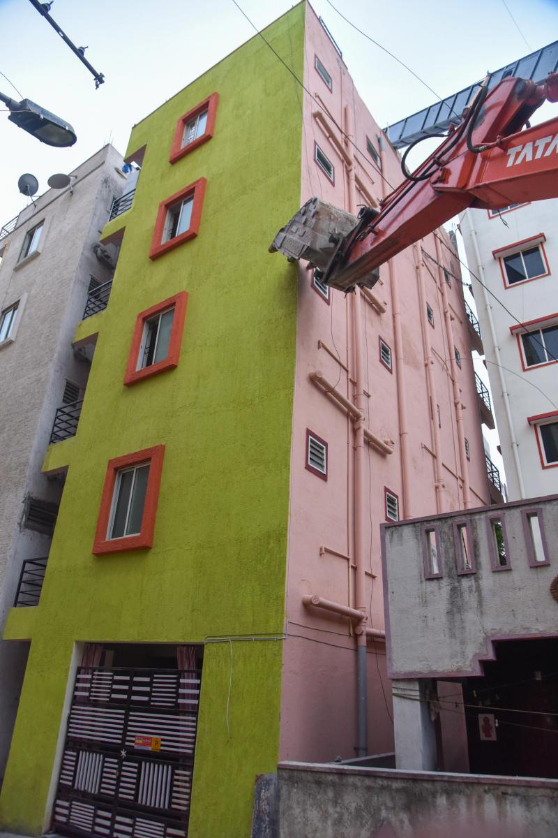 Dangerously tilted building at 7th Cross, 2nd Main, Ashwath Nagar, Marathahalli, Bengaluru on Saturday. Photo by S K Dinesh