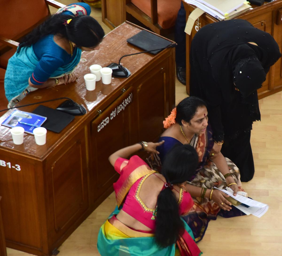 Corporator Manjula Narayanaswamy stages a protest in front of the mayor, claiming she was not allowed to speak in the council. DH PHOTO/CHANDRAHASA KOTEKAR