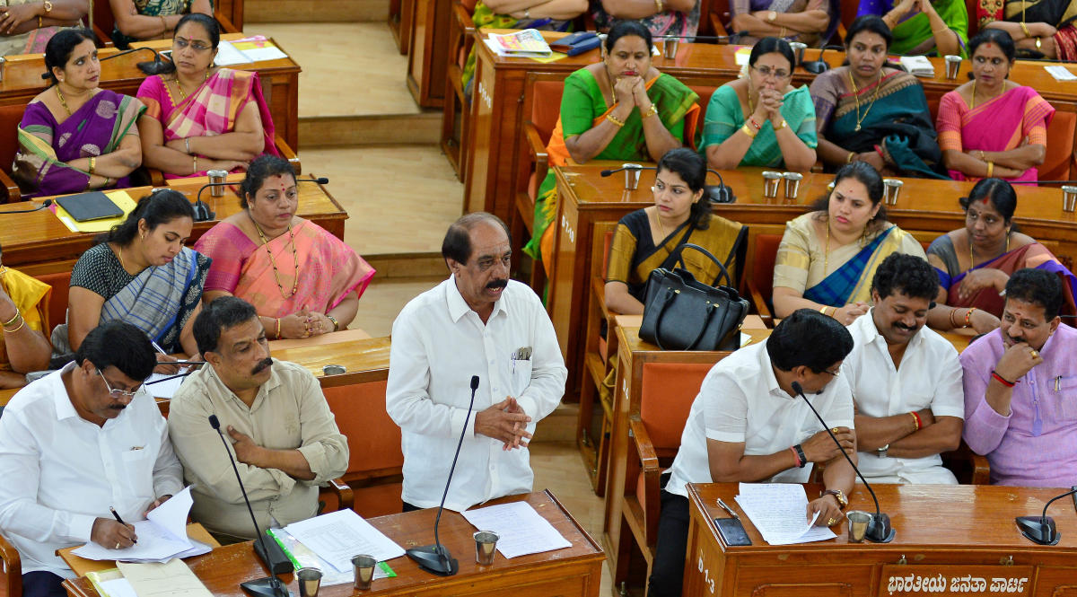 In remembrance: Corporator Katte Satyanarayana expressed condolence over the demise of Siddaganga seer Shivakumara Swamiji at the BBMP council meeting on Tuesday. (DH photo)