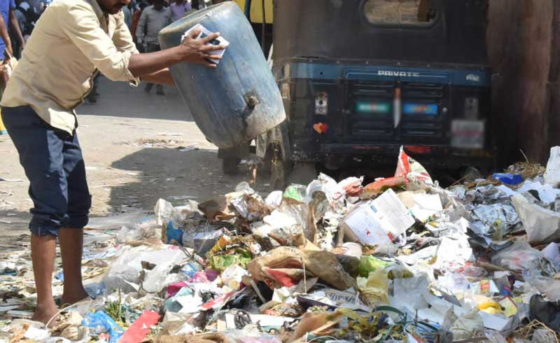 In a span of over twomonths, the BBMP officials in collaborationwith the marshals caught at least 4,466 people across eight zones red-handed, fordumping waste materials in public. (DH File Photo)