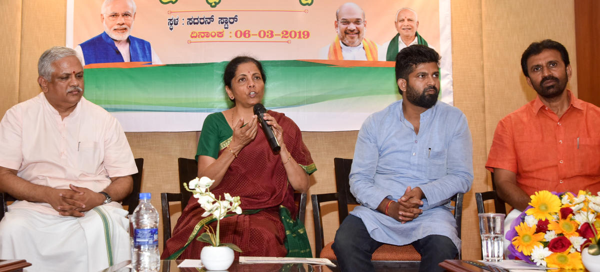 Defence Minister Nirmala Sitharaman interacts with the participants during the intellectuals meet, organised by the BJP in Mysuru on Wednesday. BJP national organising secretary B L Santhosh, MP Pratap Simha and MLA L Nagendra are seen. dh photo