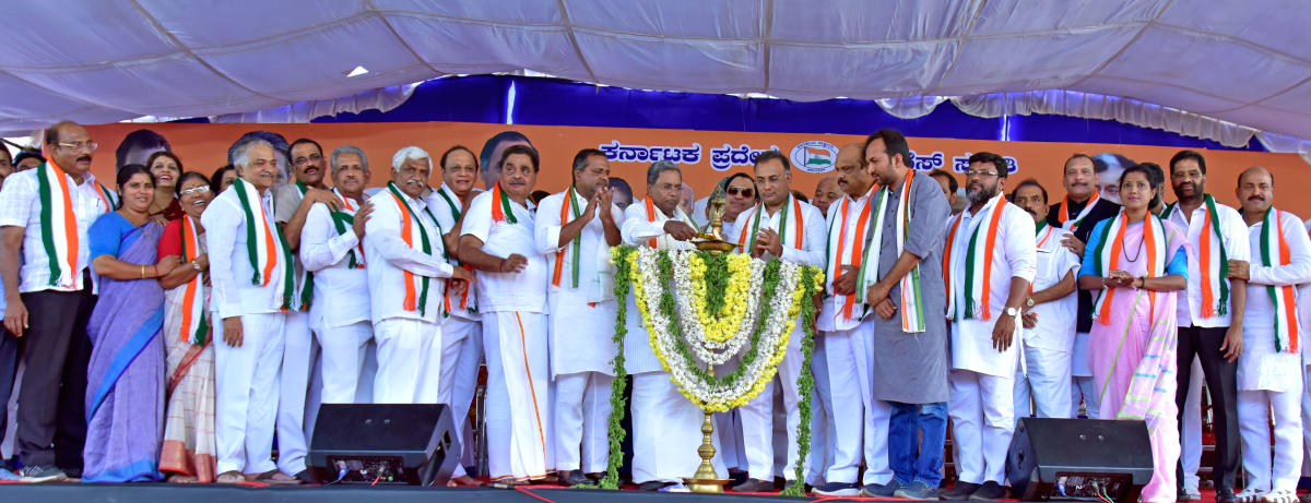Siddaramaiah, state coalition government's coordination committee chairperson, inaugurates the Congress Parivarthana Yatre at Adyar near Mangaluru on Wednesday.