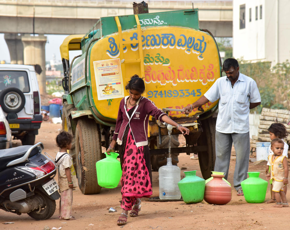 People are collecting water from a tanker at Dasarahalli, in Bengaluru on Friday. DH file photo