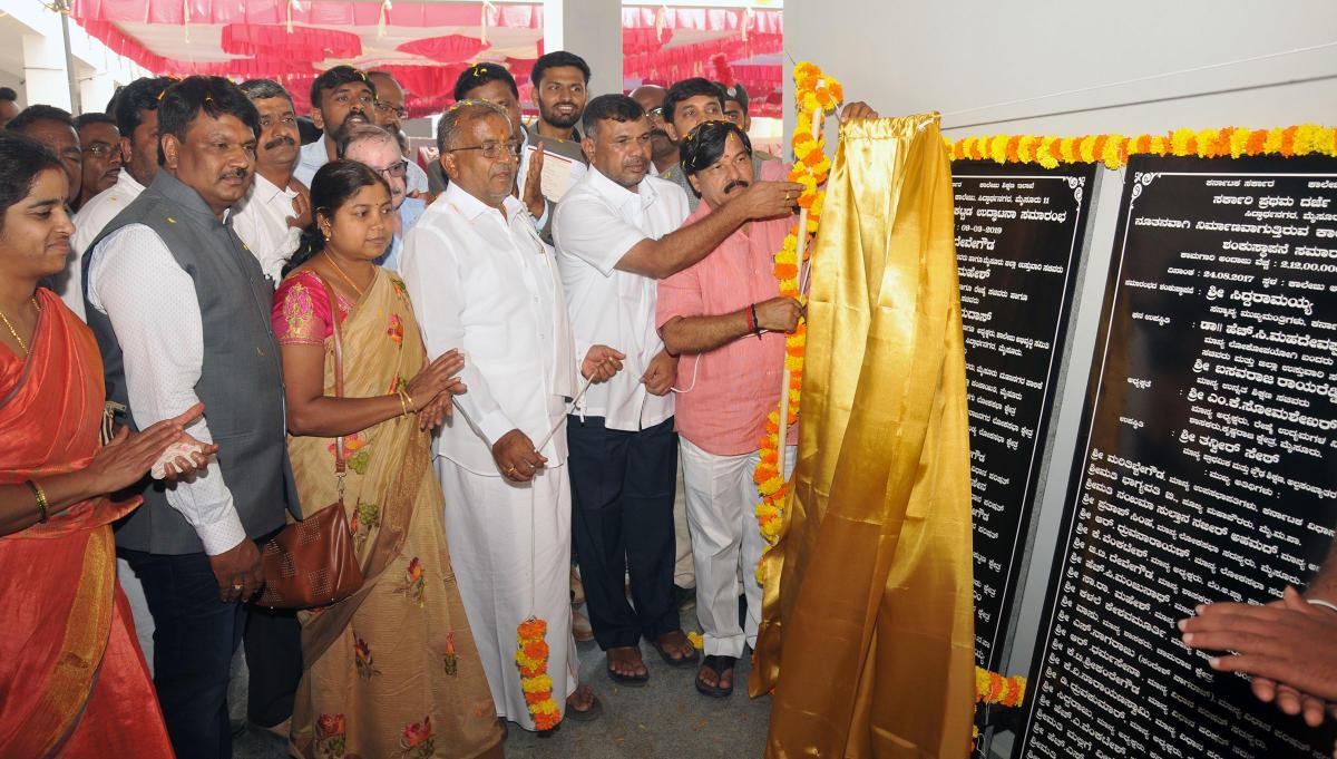 Higher Education Minister G T Devegowda unveils the plaque of the newly-constructed Government First Grade College building at Siddartha Nagar in Mysuru on Saturday. MLA S A Ramdas, MLC Marithibbegowda, former deputy mayor Vanitha Prasanna and corporator