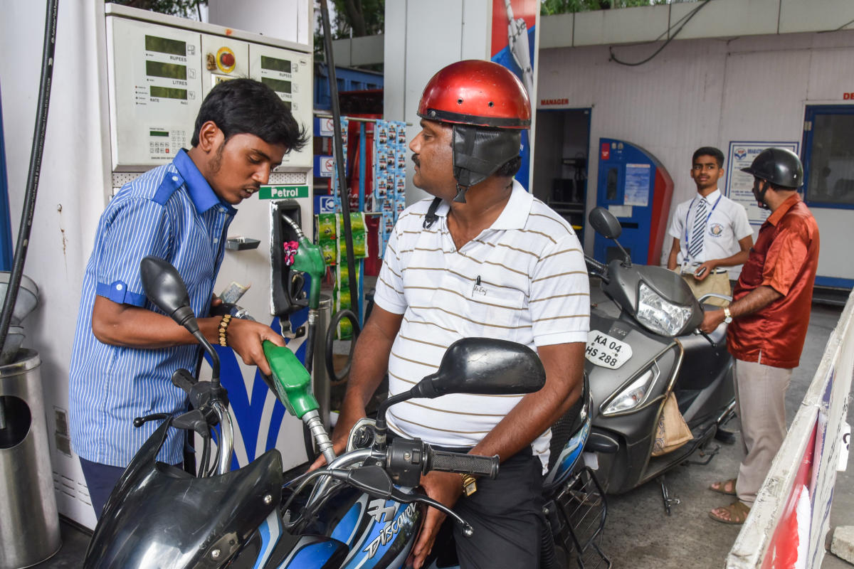 Petrol and diesel prices have risen by over Rs 2 per litre in last one month as international rates have risen on hopes of the United States and China ending a trade war that has slowed down the global economic growth and OPEC ally Russia saying it would ramp up its crude supply cuts. (DH File Photo)