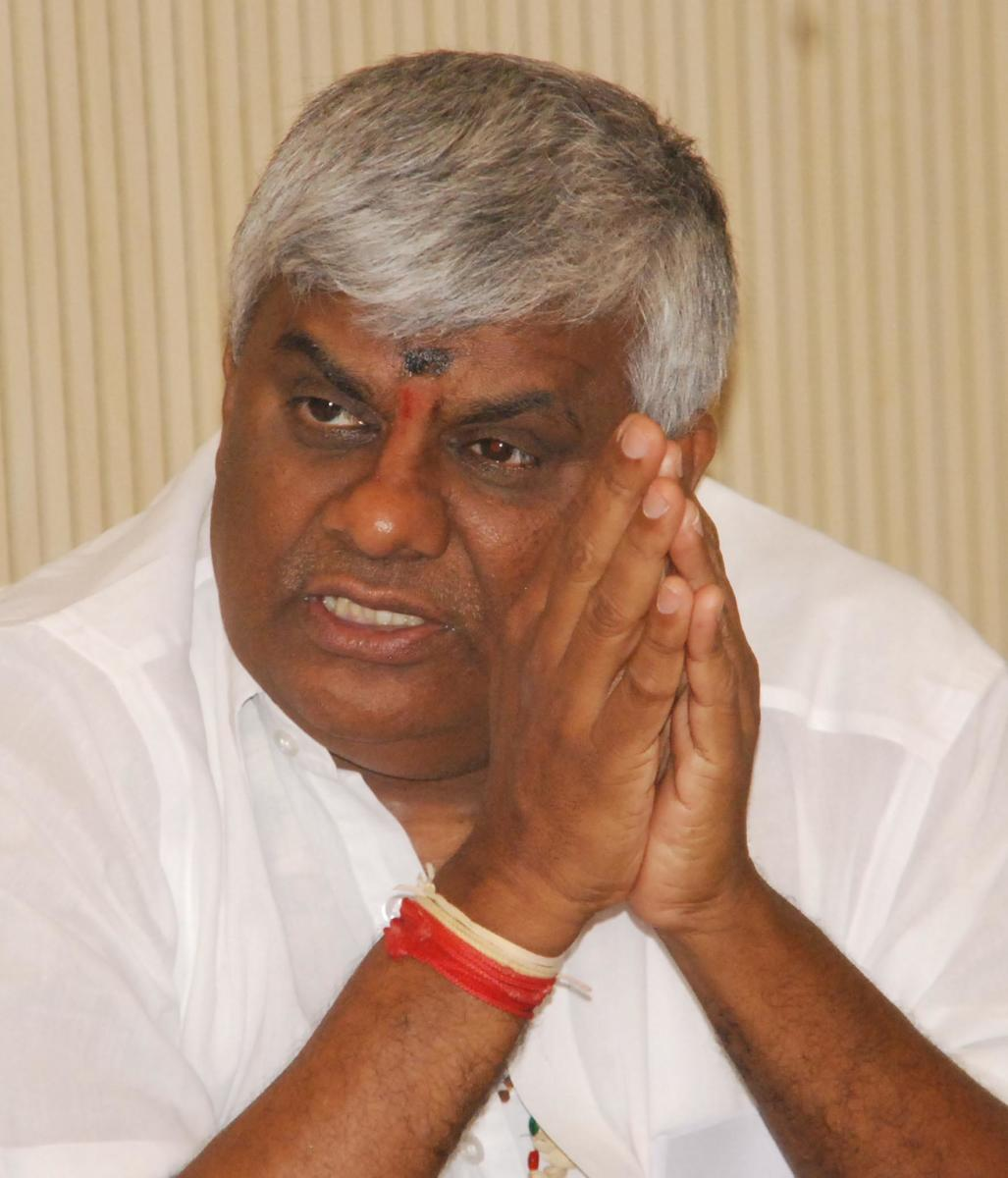 Cong wants only 'thieves' in it's team, Revanna