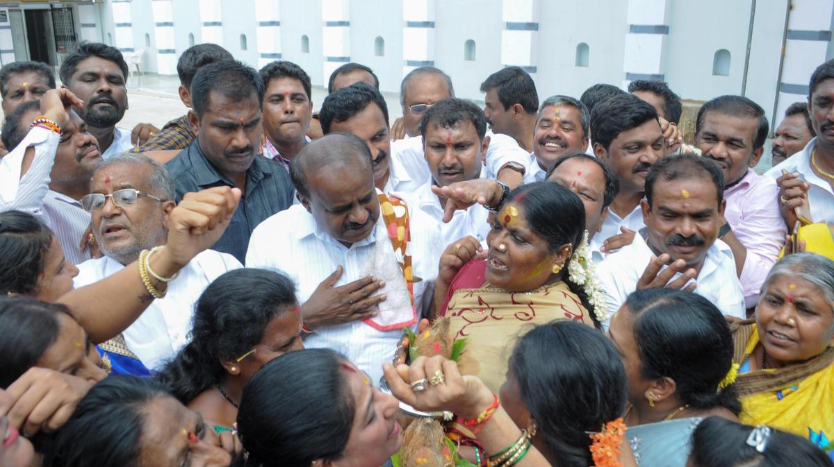 Kumaraswamy hits campaign trail in Chamundeshwari, gets rousing response