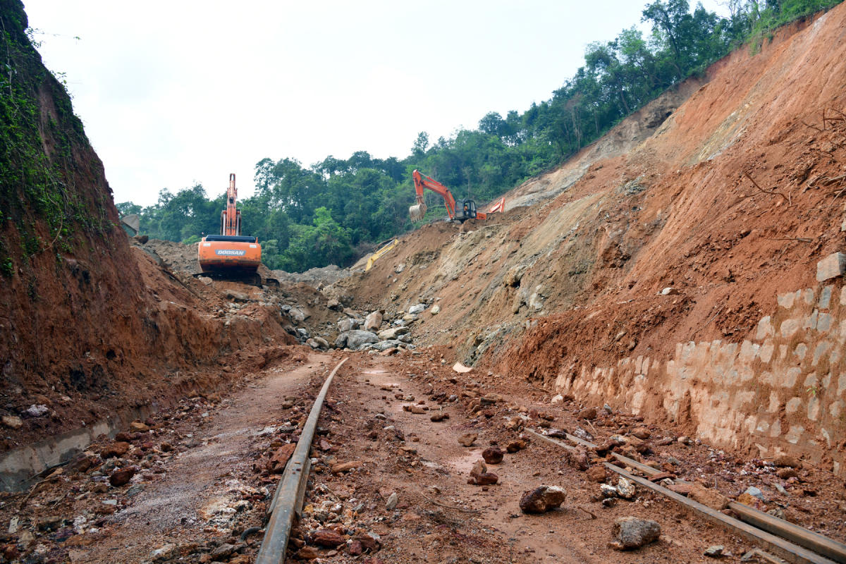 Mounds of soil and boulders being removed from railway tracks on Sakleshpur-Subrahmanya route. DH PHOTO