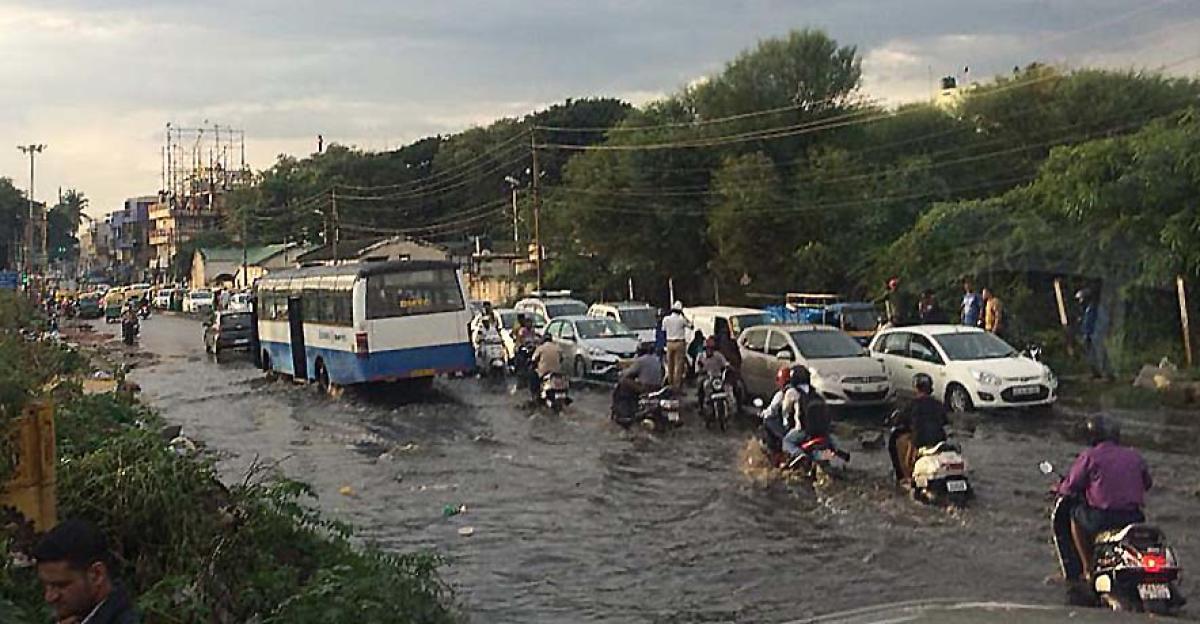 Traffic movement was very slow due to rain water logging on Egipura main road in Bengaluru on Wednesdaty. DH Photo.